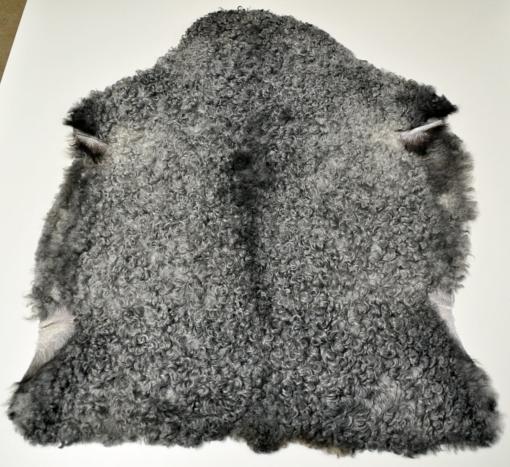 Den här bilden visar det gotländska lammskinnet 310 från Rommunds fårgårds webbshop.