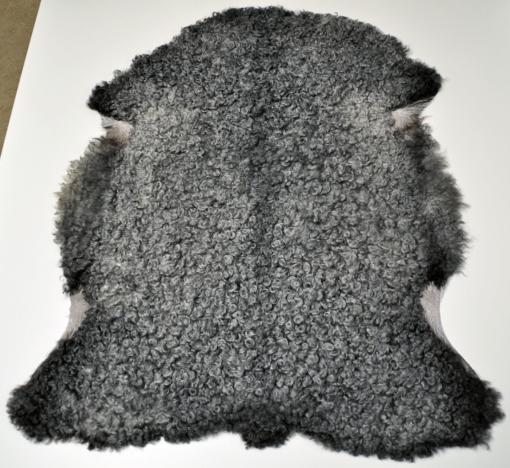 Den här bilden visar det gotländska lammskinnet 312 från Rommunds fårgårds webbshop.