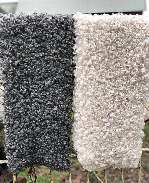 Tvättråd fårskinn från Gotland, Rommunds fårgård. På bilden hänger ett vit- och ett grålockigt lammskinn på vädring.