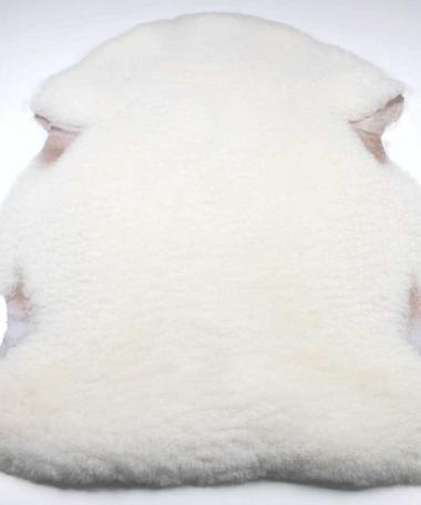 Vitt lammskinn från Gotland. Den här bilden visar korsningsskinn nr 18 från Rommunds fårgårds webbshop.